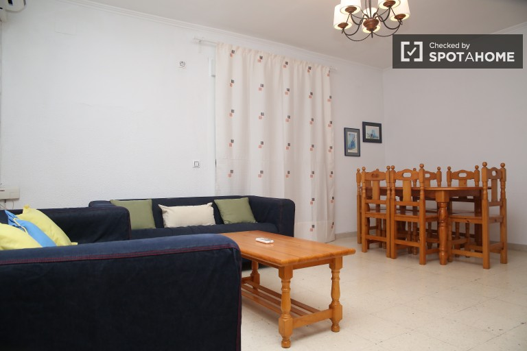 Large apartment in walk-up building near university campuses in El Barrio de Santa Cruz