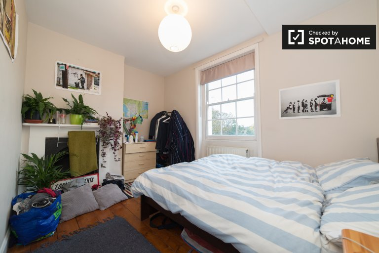 Double Bed in Rooms to rent in stylish 5-bedroom apartment in Lambeth
