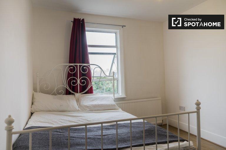 Habitación funcional para alquilar en un piso de 5 habitaciones, Acton, Londres.