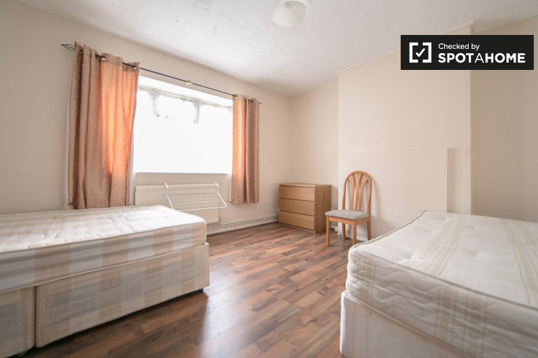 Twin Beds in Rooms to rent in modern 4-bedroom apartment in Tower Hamlets