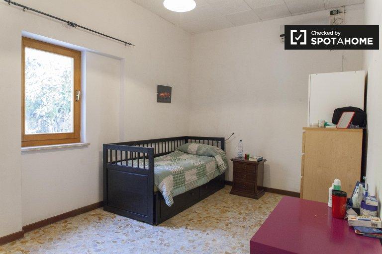 Acogedora habitación en alquiler en Labaro, Roma