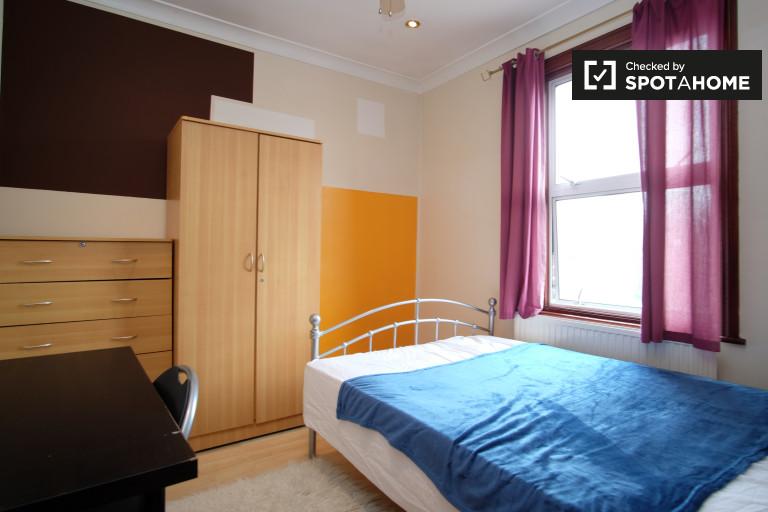 Chambre équipée dans un appartement de 7 chambres à Leyton, Londres