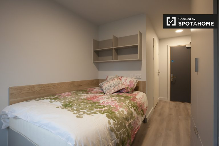 Room for rent in 8-bedroom apartment in residence hall