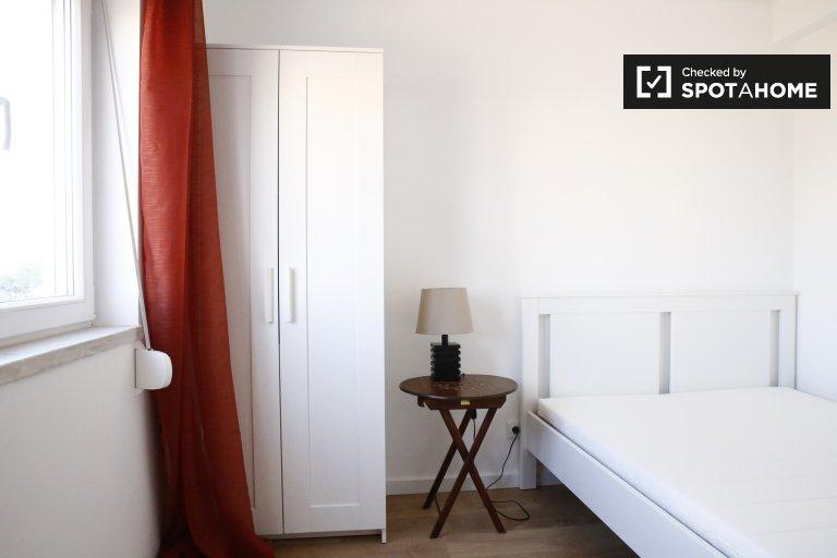 Quarto elegante em apartamento com 4 quartos em Benfica, Lisboa