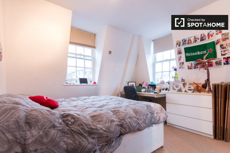 Double Bed in Furnished rooms to rent in a 3-bedroom apartment in Westminster