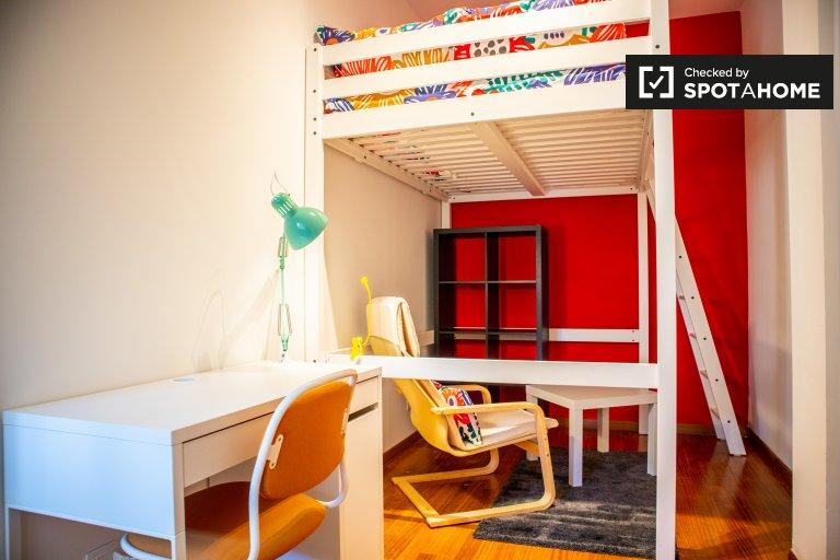 Ordentliches Zimmer zur Miete in 5-Zimmer-Wohnung in Triest