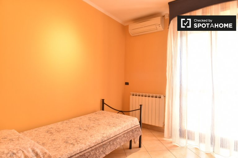 Room for rent in 4-bedroom apartment in Acilia, Rome