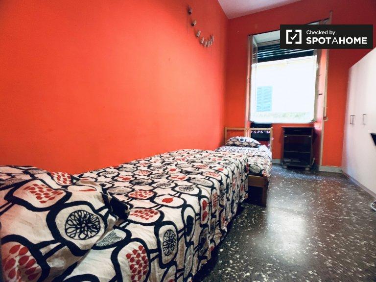 Accogliente camera in appartamento con 4 camere da letto a Ostiense, a Roma