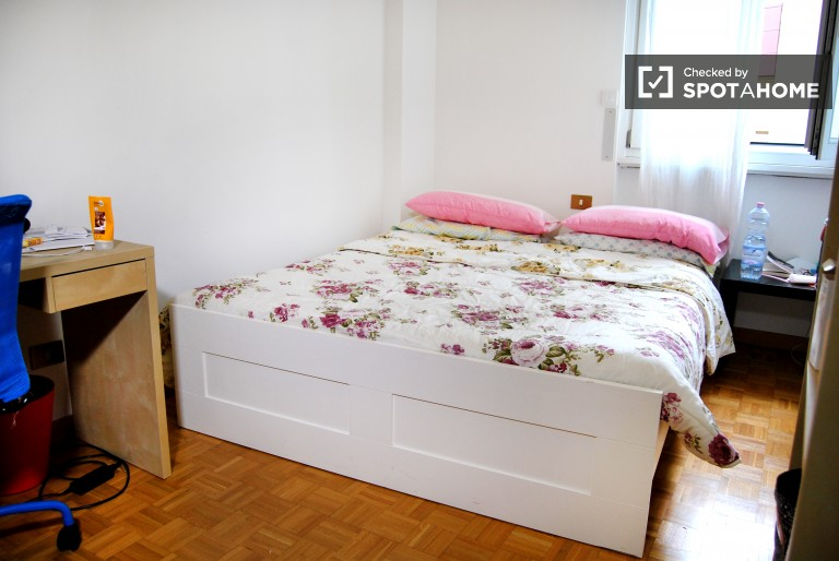 Double Bed in Rooms with independent key in a 3 bedroom apartment for females only