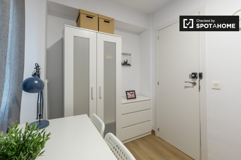 Room for rent in 5-bedroom apartment in La Saidia, Valencia