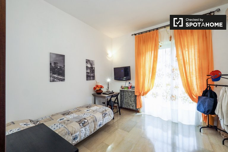 Quarto espaçoso em apartamento de 4 quartos em Portello, Milão