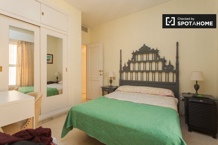Double Bed in Rooms for rent in charming 3-bedroom apartment in María Luisa