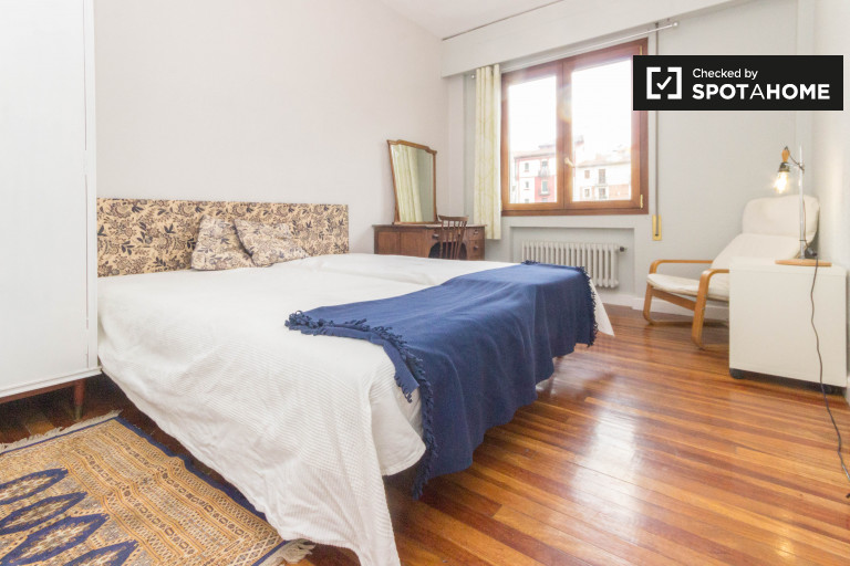 Twin Beds in Spacious rooms to rent in a chic 4-bedroom apartment in Amezola