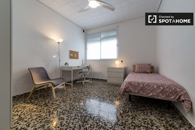 Huge room in 4-bedroom apartment in Camins al Grau, Valencia