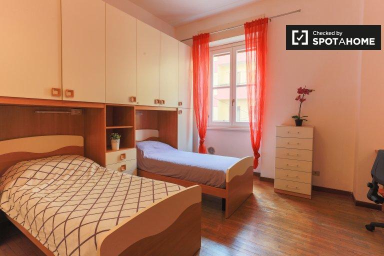 Camas en acogedoras habitaciones compartidas en apartamento de 4 habitaciones en Ticinese.