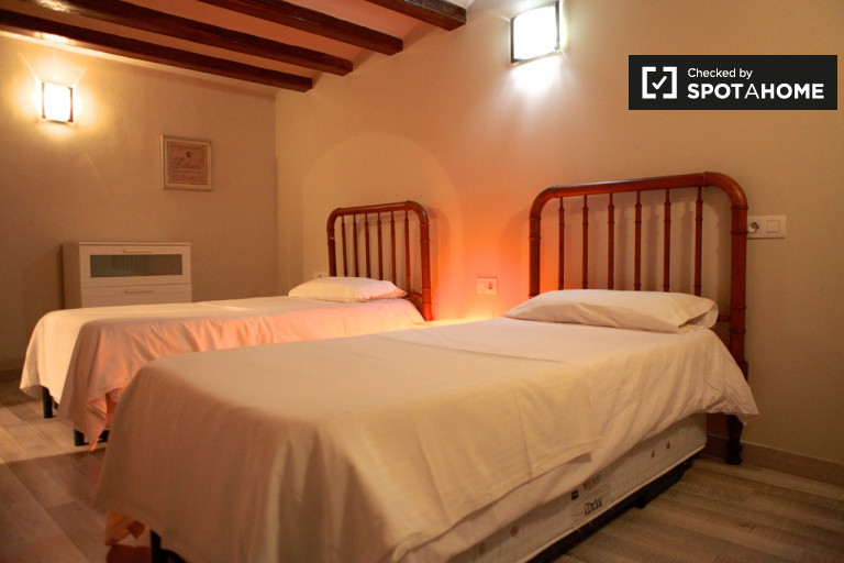 Furnished room in 4-bedroom apartment in El Raval, Barcelona