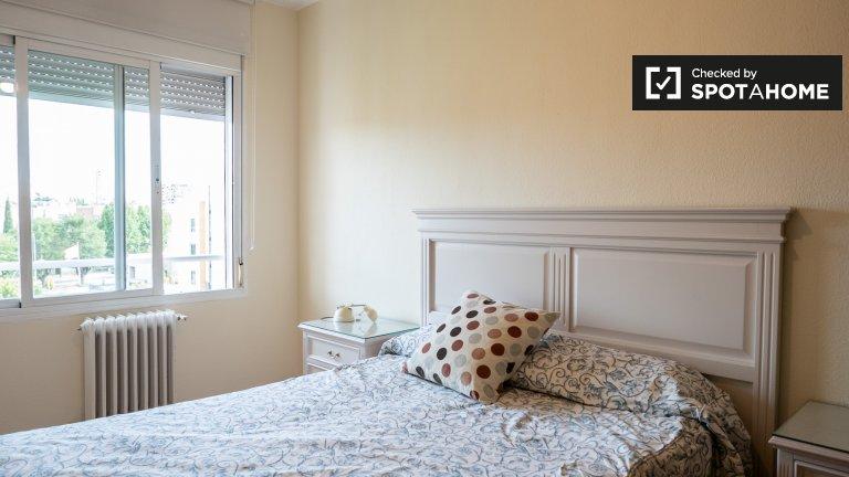 Light room in 3-bedroom apartment in Hortaleza, Madrid