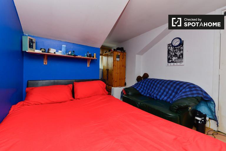 Hackney, Londra'daki 3 odalı dairede büyük oda