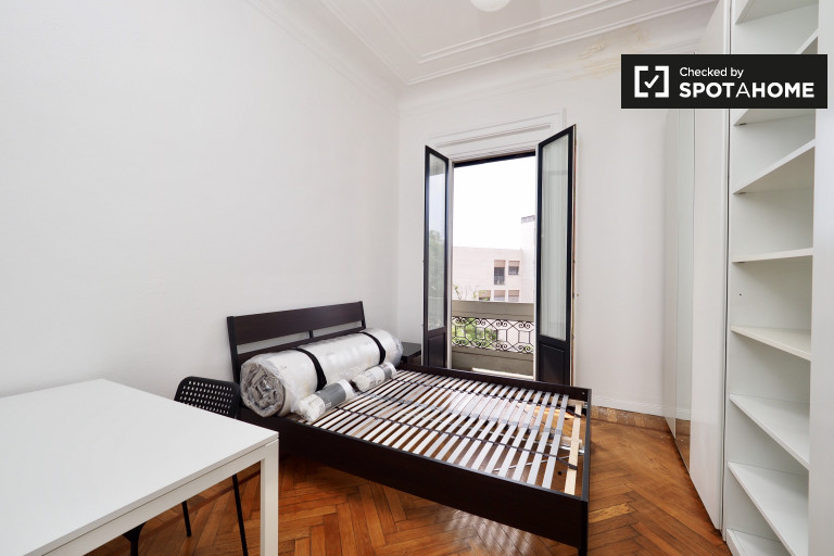 Garibaldi, Milano'da 3 yatak odalı dairede kiralık oda