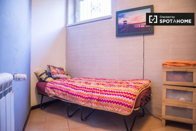 Otwarty pokój w 4-pokojowym mieszkaniu w Aurelio w Rzymie