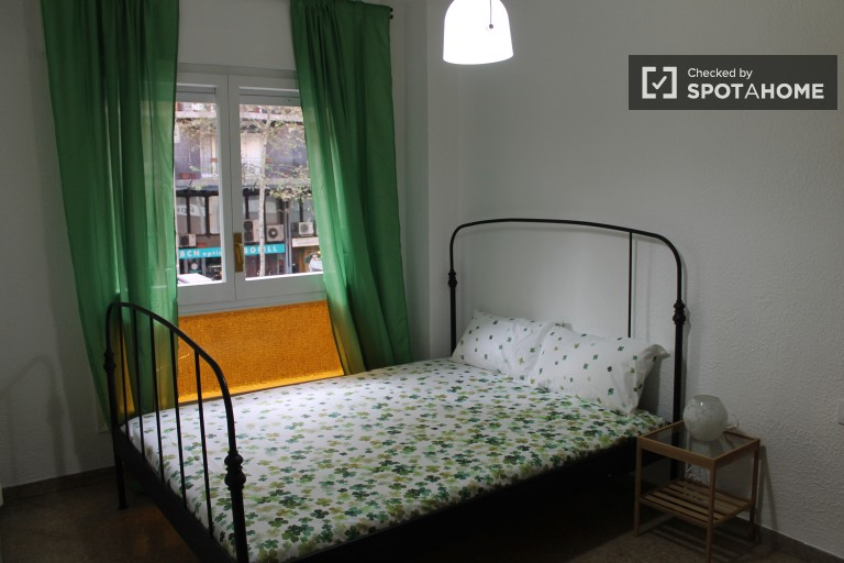 Large room in shared apartment in Eixample, Barcelona