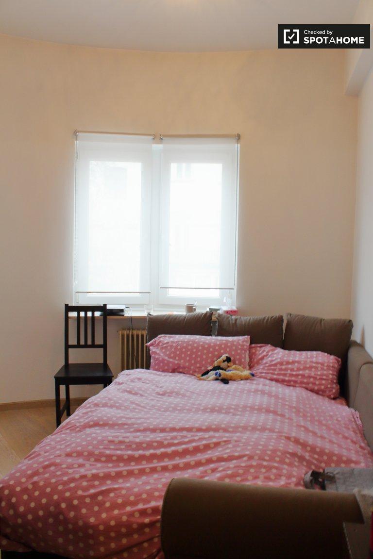 Quarto acolhedor em apartamento de 3 quartos em Ixelles, Bruxelas