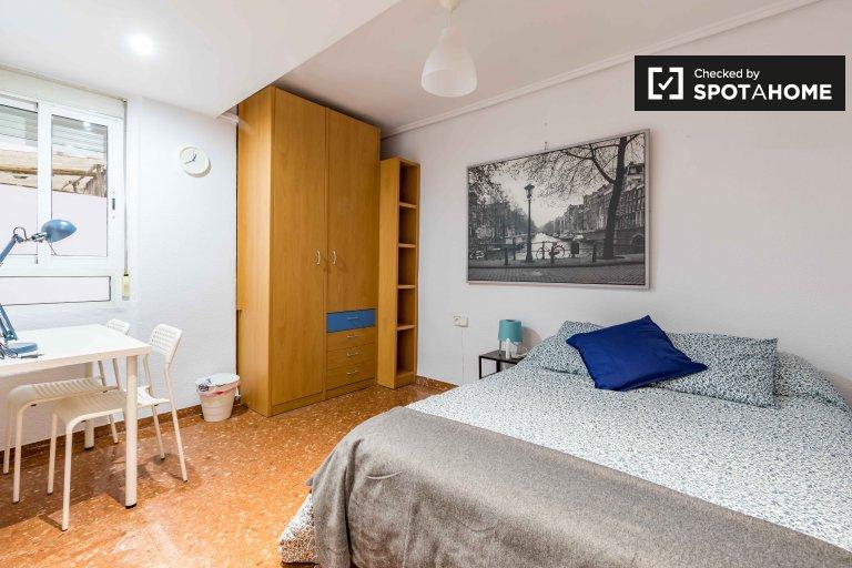 Cómoda habitación en alquiler en apartamento de 9 habitaciones en Mestalla