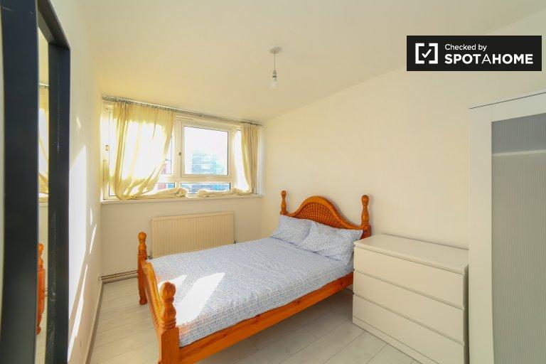 Duży pokój do wynajęcia w 4-pokojowym mieszkaniu w Poplar w Londynie