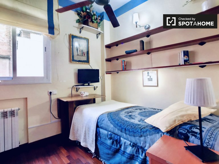 Bookish room to rent in 5-bedroom apartment in Gràcia