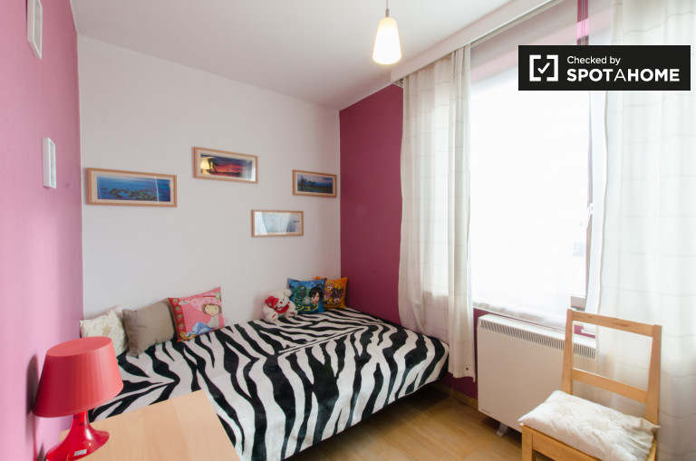 Single Bed in Room for rent in 2-bedroom apartment with balcony in Nederoverheembeek