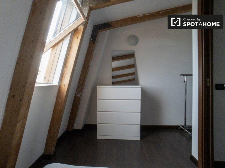 Room for rent in 3-bedroom apartment in Rogoredo, Milan