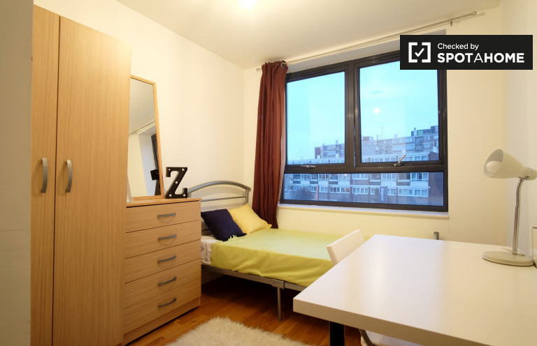 Single Bed in Rooms to rent in 3-bedroom flat in Limehouse, Tower Hamlets
