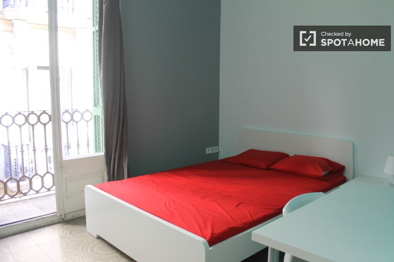 Double Bed in Rooms for rent in a social 9 bedroom apartment in El Born, close to the city centre