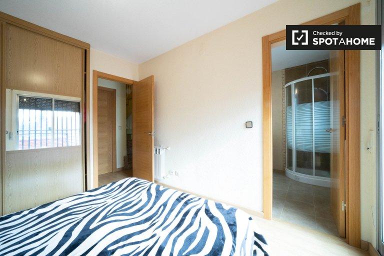 Getafe, Madrid'teki 4 yatak odalı dairedeki kira odası