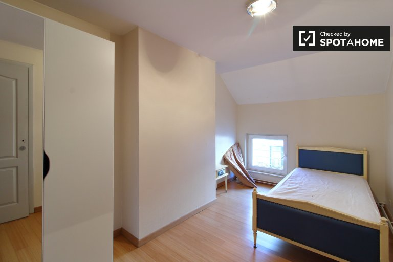Kiralık tek kişilik oda, 7 yatak odalı daire, Saint Gilles