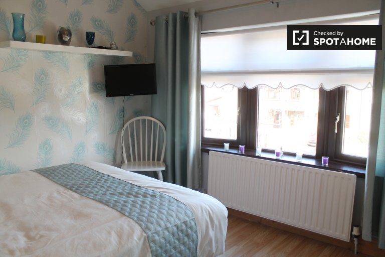 Enorme quarto em apartamento de 4 quartos em Crumlin, Dublin