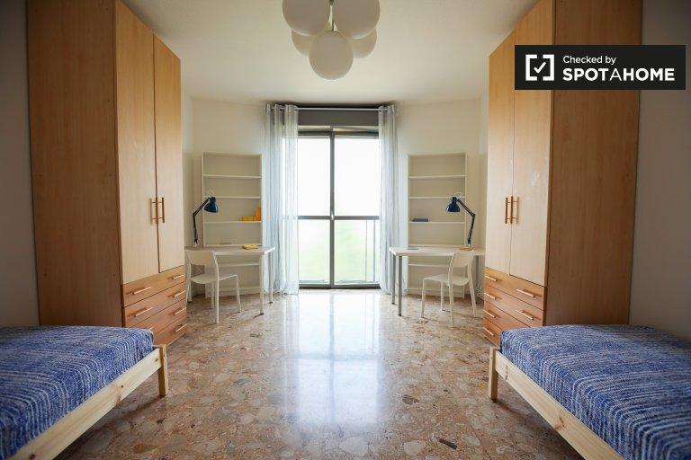 Cama para alugar em apartamento com 4 quartos - Bicocca, Milão