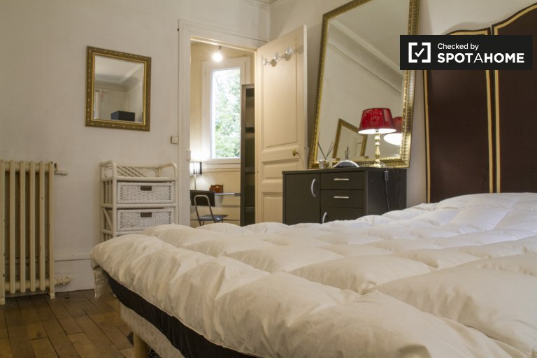 Relaxing room in apartment in Arrondissement 18, Paris