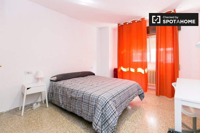 Bright room for rent in Granada Centro