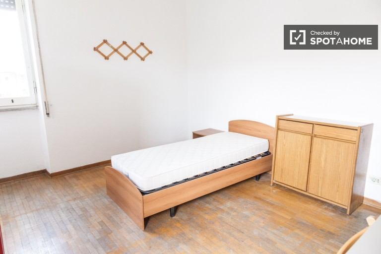 Spacious room for rent in apartment in EUR, Rome