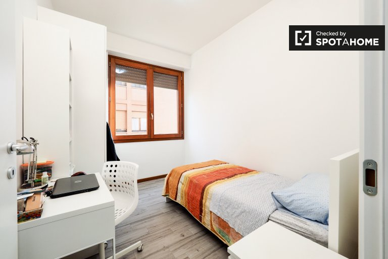 Single Bed in Rooms for rent in spacious 5-bedroom apartment in Fiera Milano