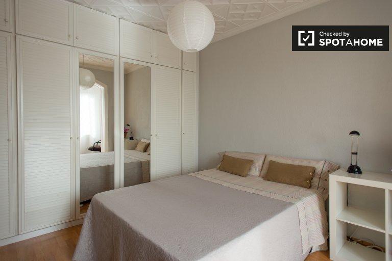 Cozy room in 4-bedroom apartment in Guinardo, Barcelona