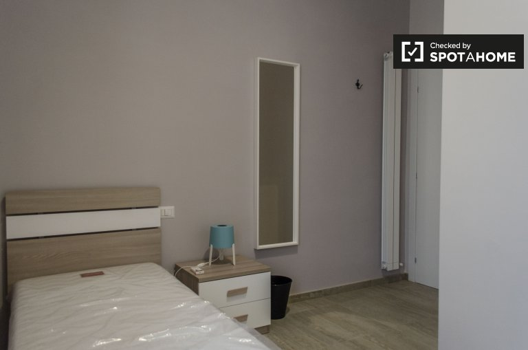 Room for rent in 3-bedroom apartment in Centocelle, Rome