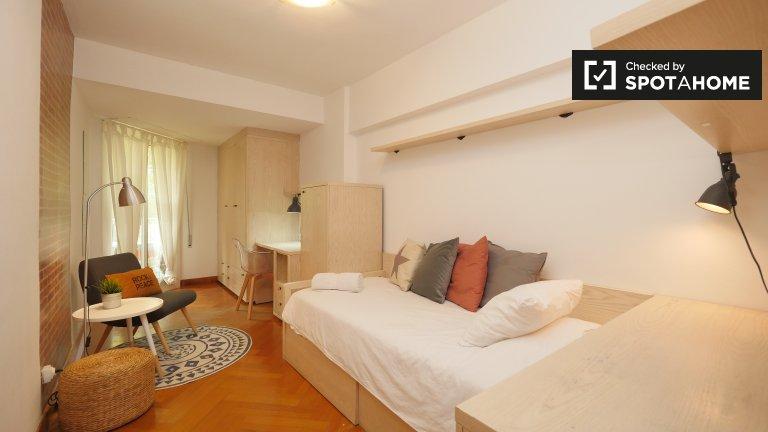 Poblenou, Barselona'da 4 yatak odalı dairede güzel oda