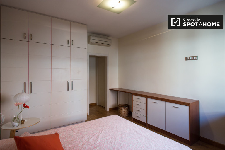 Huge room in shared apartment in Horta-Guinardó, Barcelona