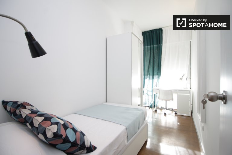 Single Bed in Sunny rooms with AC for rent near Polytechnic University in Pedralbes, metro Zona Universitária
