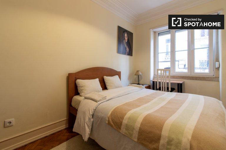 Pokój do wynajęcia w mieszkaniu z 4 sypialniami w Arroios, Lizbona