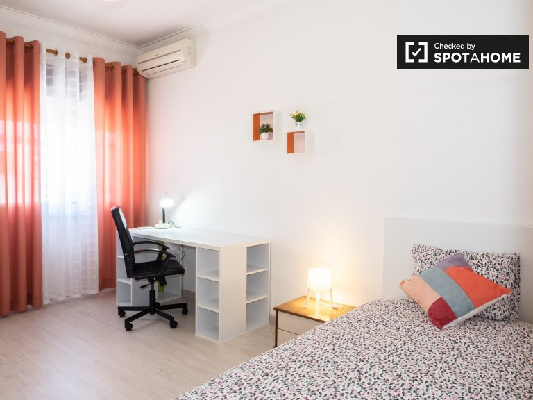 Spacious room in 4-bedroom apartment in Corroios, Lisboa