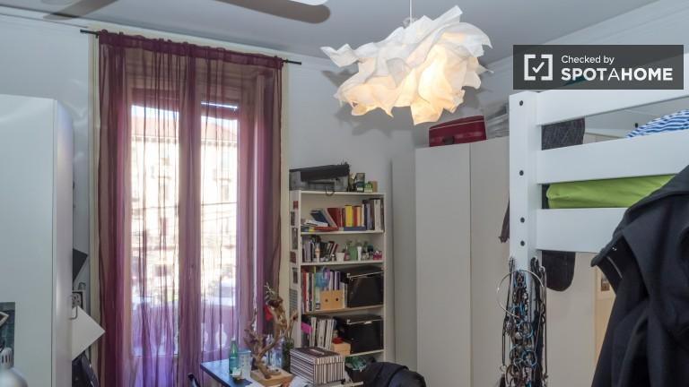 Chambre spacieuse dans un appartement de 5 chambres à Zara, Milan
