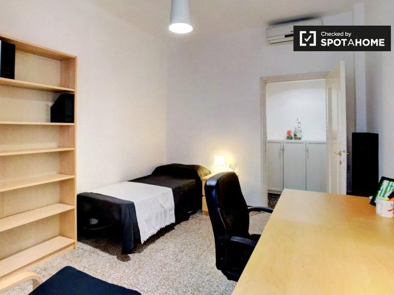 Quarto espaçoso em apartamento de 2 quartos em Navigli, Milão